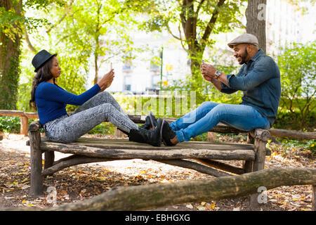Young Couple sur banc, Central Park, New York, USA Banque D'Images