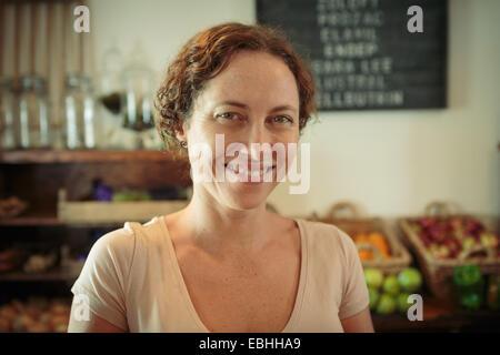 Portrait de femme shop assistant en country store Banque D'Images