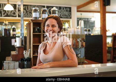 Portrait de femme shop assistant au compteur dans country store cafe Banque D'Images