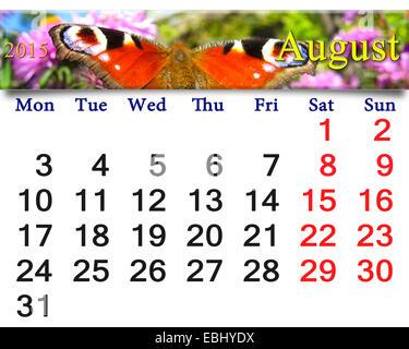Beau calendrier pour le mois d'août de l'année 2015 avec l'image de l'œil de paon papillon