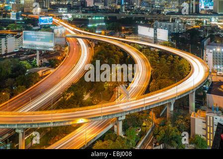 Vue de nuit de la ville de Bangkok avec le trafic principal Banque D'Images