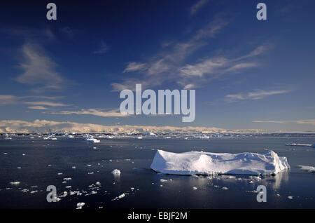 Les icebergs sur la mer de Weddell, dans la zone 'Larsen A' avec la côte de la péninsule Antarctique, à l'arrière Banque D'Images