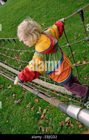 Petite fille sur l'escalade, Allemagne Banque D'Images