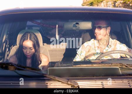 Jeune couple en voiture sur la route Banque D'Images