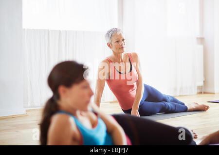 Deux femmes se trouvant sur le côté en cours