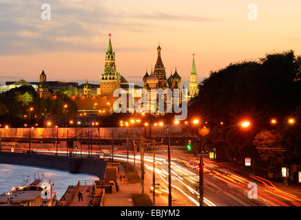 Vue sur les tours du Kremlin, la Cathédrale Saint basilics et voies publiques de la ville de nuit, Moscou, Russie Banque D'Images
