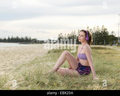 Young woman wearing headphones Banque D'Images