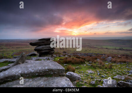 Stormy sunset at the Cheesewring sur Bodmin Moor en Cornouailles Banque D'Images