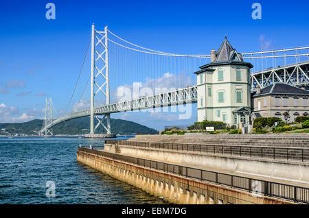Kobe, Japon à Akashi Kaikyo Bridge enjambant la Mer Intérieure de Seto à Awaji Island.