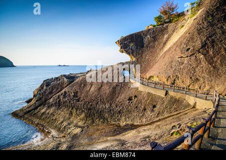 Kumano, Japon côte à Onigajo 'Devil's Castle' rochers sur la côte. Banque D'Images