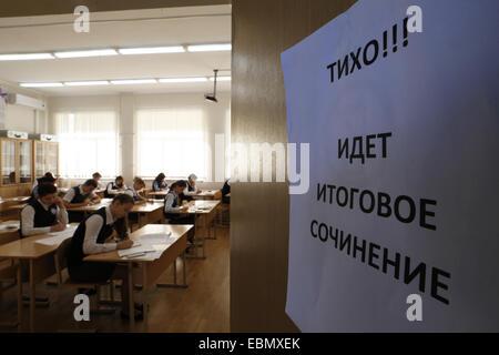 ROSTOV-SUR-DON, en Russie. Le 3 décembre 2014. En dernière année d'école secondaire aux élèves d'écrire un examen Banque D'Images