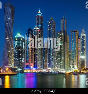 Gratte-ciel de Dubai Marina capturé dans le crépuscule. Banque D'Images