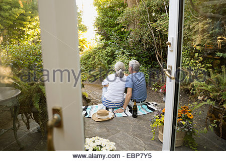 Couple relaxing with champagne on patio Banque D'Images