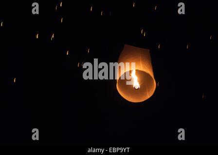 Lanternes illuminent le ciel à Chiang Mai un la Loy Krathong festival. Banque D'Images