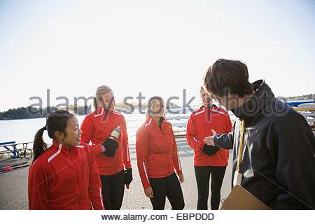 Parler à l'entraîneur de l'équipe d'aviron de Waterfront Banque D'Images