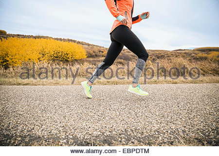 Woman running on chemin rural Banque D'Images