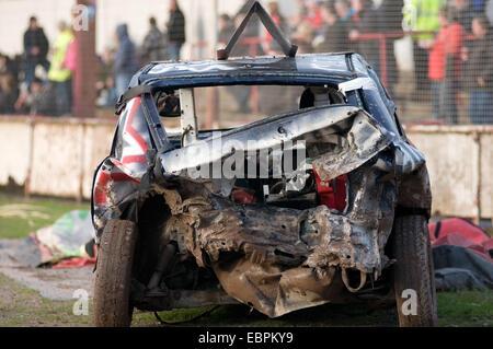 Brisé de vieilles voitures voiture indésirable des derbys de démolition destruction derby dent démo bent cabossé Banque D'Images