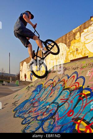 Le BMX rider obtenir de l'air dans un patineur Park, en Allemagne, en Rhénanie du Nord-Westphalie, région de la Banque D'Images