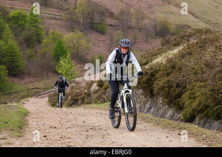 À vélo dans le parc national de Peak District. Deux cyclistes sur une piste en montée sur le côté nord de Jaggers Banque D'Images