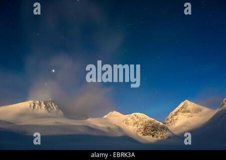 Montagnes dans la vallée Stuor Reaiddavaggi au clair de lune, la Suède, la Laponie, Kebnekaisefjaell Banque D'Images