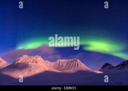 Aurore boréale sur les montagnes à l'Reaiddavaggi Stuor dans la vallée de la lune, la Suède, la Laponie, Norrbotten, Banque D'Images