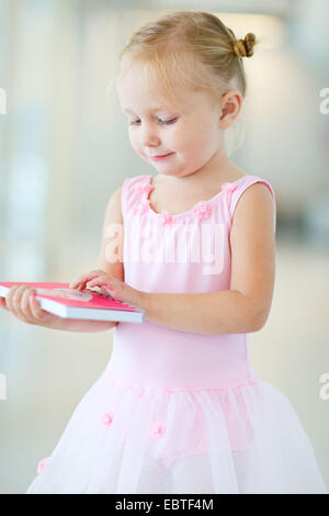 Petite fille en robe rose Banque D'Images