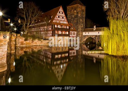 River Pregnitz de nuit à travers la vieille ville, l'Allemagne, la Bavière, Thuringe, Mittelfranken, Nuernberg Banque D'Images