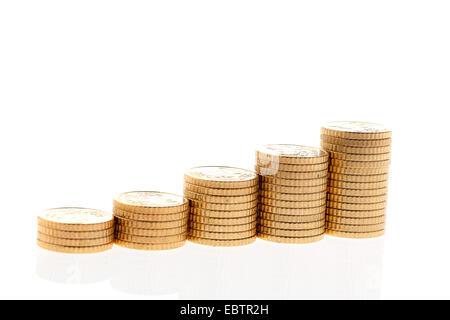 Des piles de pièces en euro sur fond blanc