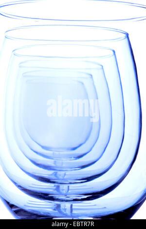 Grâce à une vue parfaitement alignés rangée de verres à vin vide Banque D'Images