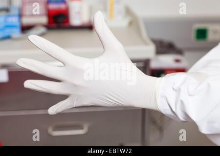 Médecin de mettre des gants en latex Banque D'Images