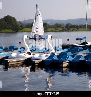 Bateaux à voile et bateaux à pédales en forme de Swan Landing stage dans Heveney sur le lac Kemnader Kemnade, voir, Banque D'Images