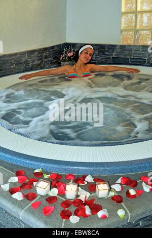 Jeune femme se détendre dans un bain à remous Banque D'Images