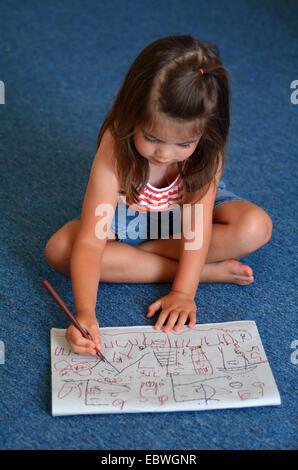 Petit enfant (fille age 04) aspire à la maison sur le sol. Banque D'Images