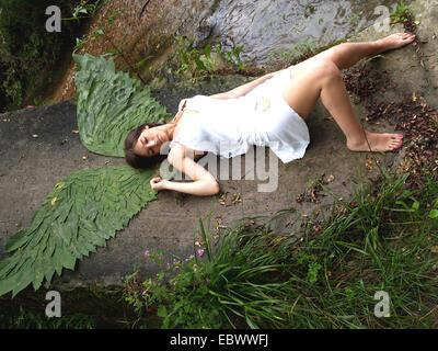 Vue aérienne d'une jeune femme couchée avec fairy wings Banque D'Images