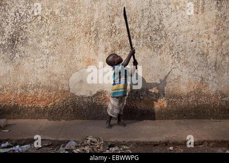 Petit Garçon jouant avec la vieille machette, BURUNDI, Bujumbura Mairie, Bujumbura Banque D'Images