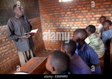 Enseignant en salle de classe des cours en face de ses élèves, Burundi, Karuzi, Buhiga Banque D'Images