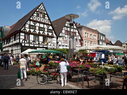 Les gens sur le marché hebdomadaire de la ville d'Unna, Allemagne, Rhénanie du Nord-Westphalie, Ruhr, Unna Banque D'Images