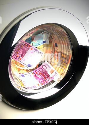 Image symbolique le blanchiment, les billets de banque dans une machine à laver Banque D'Images