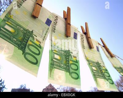 Image symbolique le blanchiment, les billets de banque sur une corde Banque D'Images
