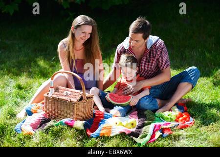 Les jeunes ayant de la famille sur l'été pique-nique journée ensoleillée Banque D'Images