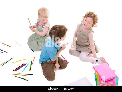 Les petits enfants dessin avec crayons Banque D'Images