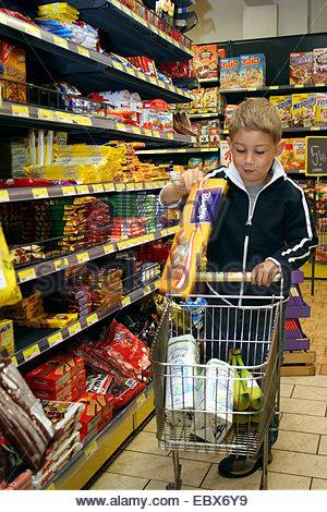 Dans le supermarché de l'enfant Banque D'Images