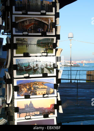 Lido di Venezia, stand de souvenirs, cartes postales avec l'Italie, Venise Banque D'Images