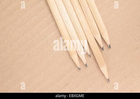 Crayons bois close up sur un fond de carton Banque D'Images