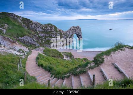 Étapes menant à Durdle Door sur la côte jurassique, Dorset, Angleterre. En été (juin) 2014. Banque D'Images