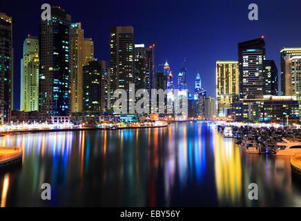 La Marina de Dubaï de nuit. Réflexions de gratte-ciel dans l'eau Banque D'Images