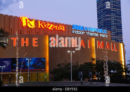 Centre Commercial de Dubaï, la nuit, extérieur Banque D'Images
