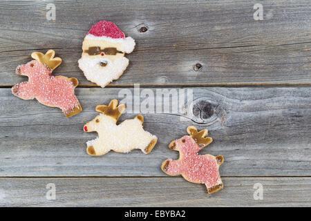 Vue de dessus de biscuits de Noël en sucre sur bois rustique Banque D'Images