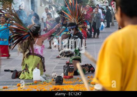 Danseurs Concheros exécutant une danse traditionnelle et cérémonie le dia de los muertos à Queretaro, Mexique. Banque D'Images