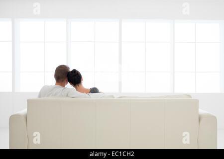 Vue arrière du jeune couple amoureux relaxing on sofa Banque D'Images